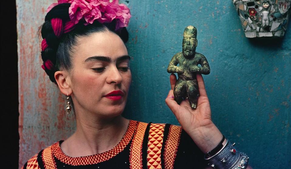 Frida-Kahlo-with-Olmec-figurine-1939.-Photograph-Nickolas-Muray.-©-Nickolas-Muray-Photo-Archives-958x559.jpg