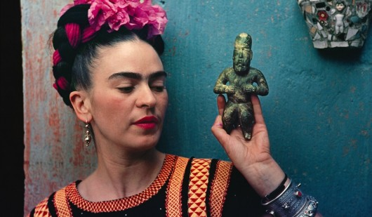 Frida-Kahlo-with-Olmec-figurine-1939.-Photograph-Nickolas-Muray.-©-Nickolas-Muray-Photo-Archives-958x559.jpg